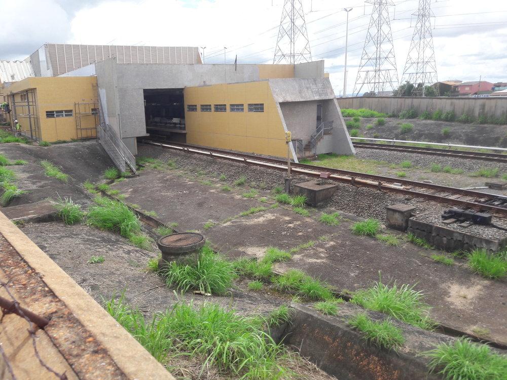 Pohled na východní vjezd do stanice Terminal Samambaia. Stanice mají v několika případech podobnou architekturu a působí poněkud zvláštně.