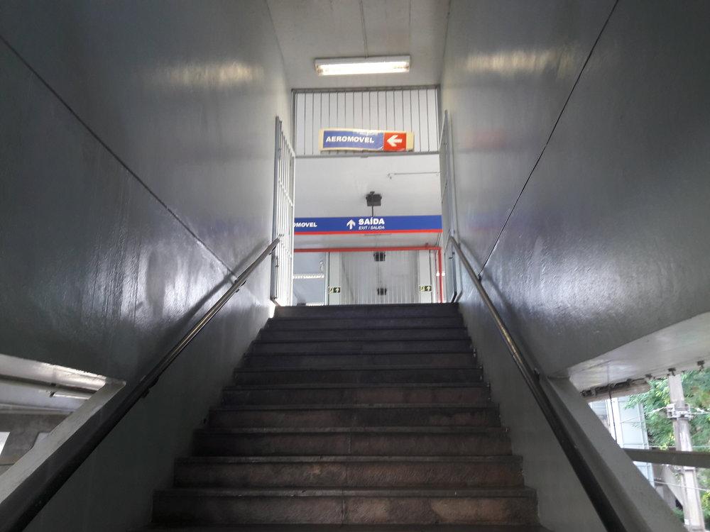 Při výstupu z metra se jde po schodech nahoru.