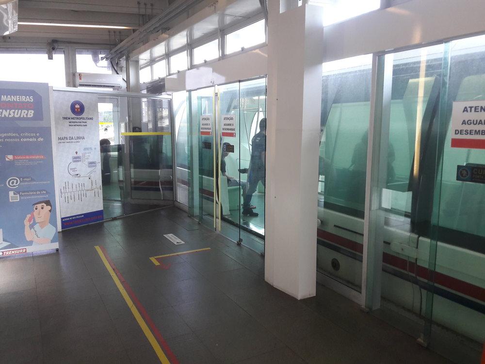Dveře, které brání pádu cestujících do kolejiště, ovšem nefungují všechny a je možné nastoupit jen jedněmi z nich. To stejné platí i pro druhou konečnou stanici přímo u letiště.