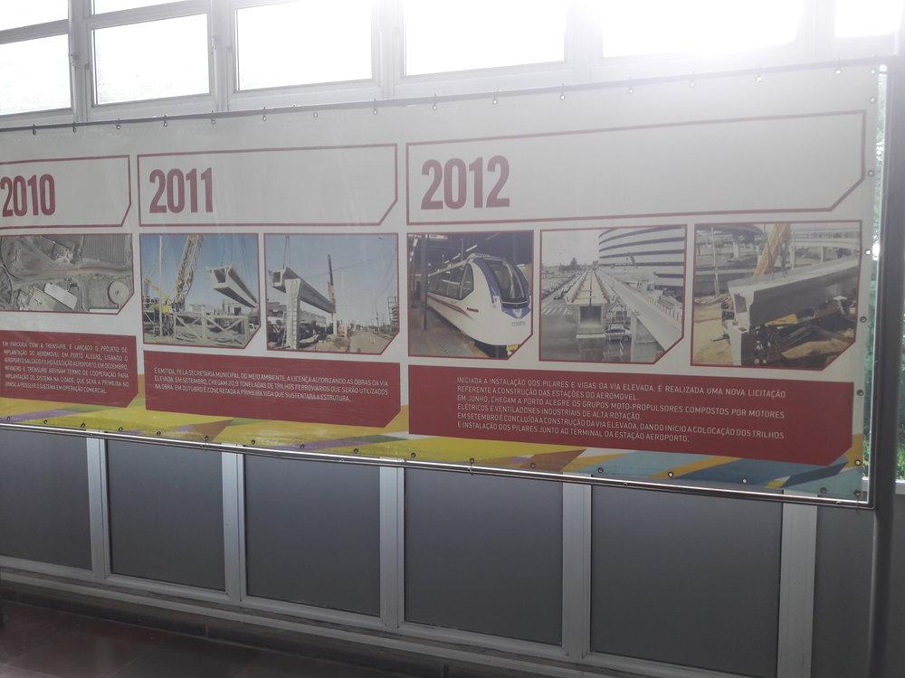 V hale stanice Aeroporto je možné prohlédnout si výstavku věnovanou historii projektu.