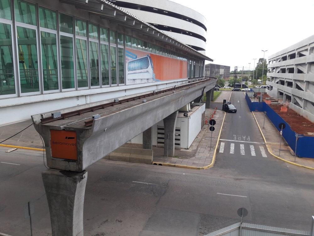 Konečná stanice aeromóvelu Terminal 1 přímo u letiště.