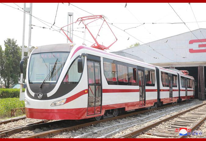 První tramvaj KT8D5 po modernizaci na prezentační fotografii severokorejské tiskové agentury. (foto: KCNA)