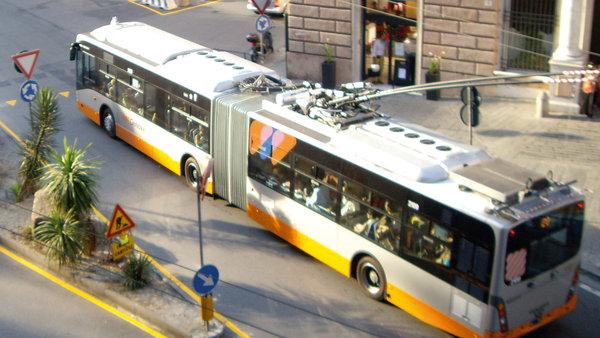 Trolejbusy v Janově momentálně nejezdí, město přesto plánuje jejich masivní rozšíření. Paradoxně by měly jezdit do zhruba týchž směrů, do kterých již jezdily před více 40 lety. (foto: Van Hool)