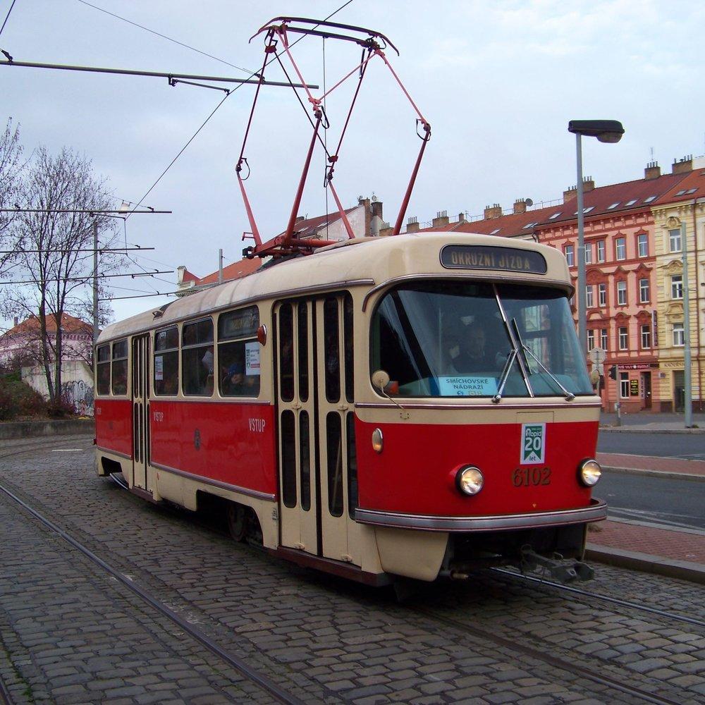 Tramvaj T3 ev. č. 6102 na Smíchovském nádraží. (zdroj: Wikipedia.org, foto: ŠJů)