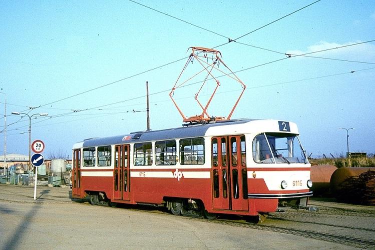 Stejný nezvyklý lak měl po celkové opravě také vůz ev. č. 6102. S vozem 6115 na snímku tvořil soupravu. (foto: Tomáš Dvořák)