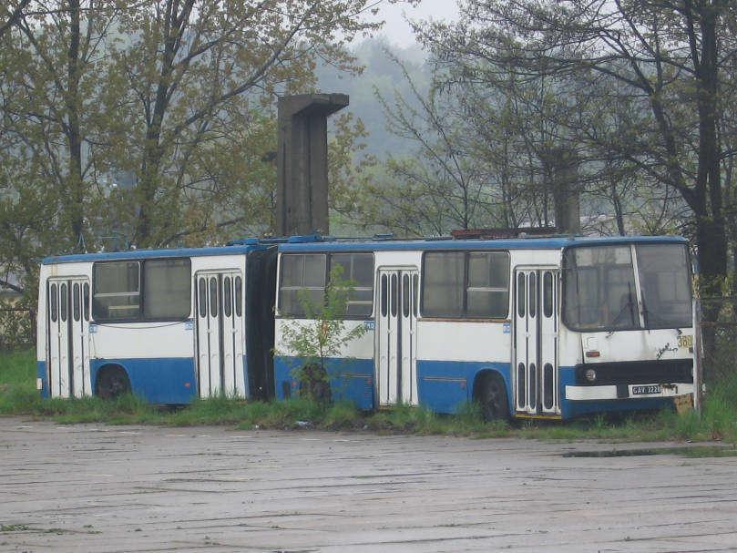 Vyřazený trolejbus Ikarus 280E v Gdyni. Trolejbusy vznikaly na přelomu 80. a 90. let přestavbou straších autobusů Ikarus 280. (zdroj: Wikipedia.pl)