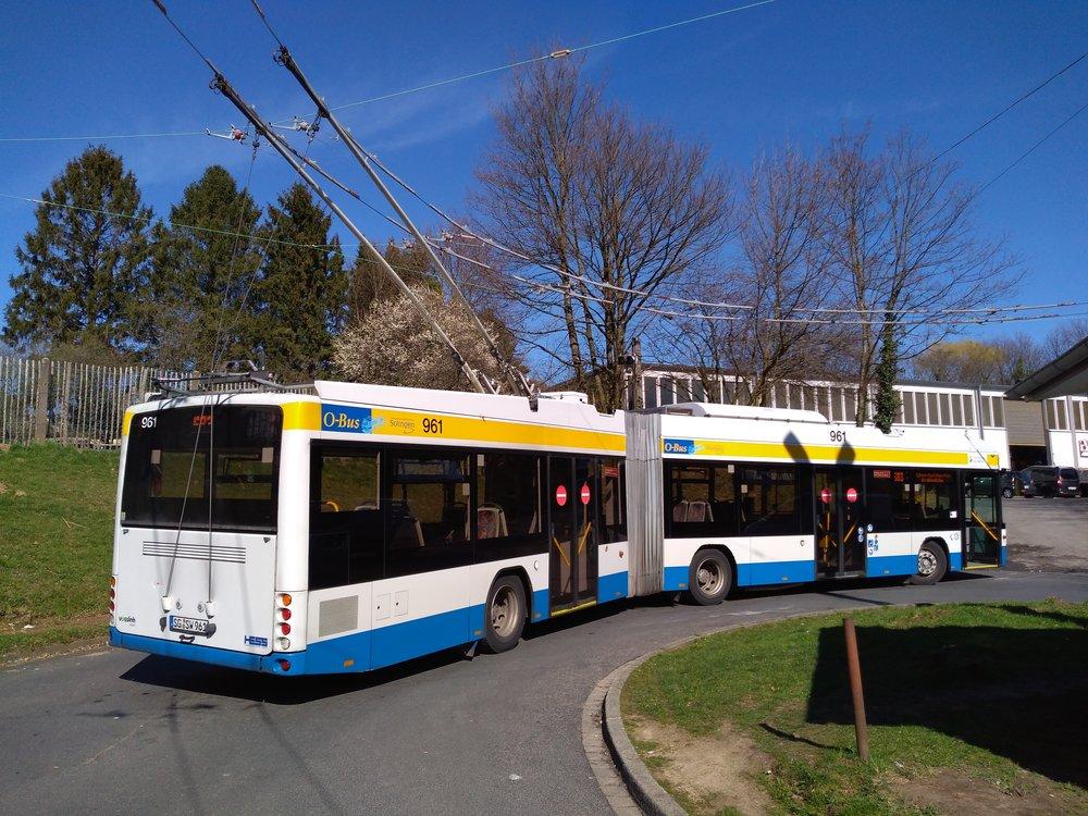 Nácestná smyčka Krahenhöhe, kde už delší dobu končí všechny trolejbusy linky č. 683 a namísto nich dále do okrajové městské části Burg an der Wupper jezdí pod stejným linkovým označením kyvadlové autobusy. Náhradní autobusová doprava byla zavedena kvůli etapovitým stavebním pracím v městské části Unterburg. Ačkoli se přes zimu nestaví, autobusy odřeknuty po tuto dobu nebyly. Loni, 19. září, se na smyčce Krahenhöhe odehrála nehoda, když 38letá řidička, zřejmě kvůli náhlé zdravotní indispozici, porazila se svým prázdným trolejbusem jeden z betonových sloupů. (foto: Vít Hinčica, 22. 3. 2019)