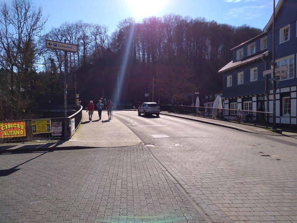 V solingenské městské části Burg an der Wupper připomínající spíše vesnici, a to nedaleko mostu přes řeku Wupper. Točna trolejbusů je za řekou vpravo. Trolejbusová trať do Solingenu začíná právě na točně a pokračuje směrem doleva a pak dále za kopec (šplhá se po jeho levé straně). Lanovka je také na levé straně, s dolní stanicí za řekou.