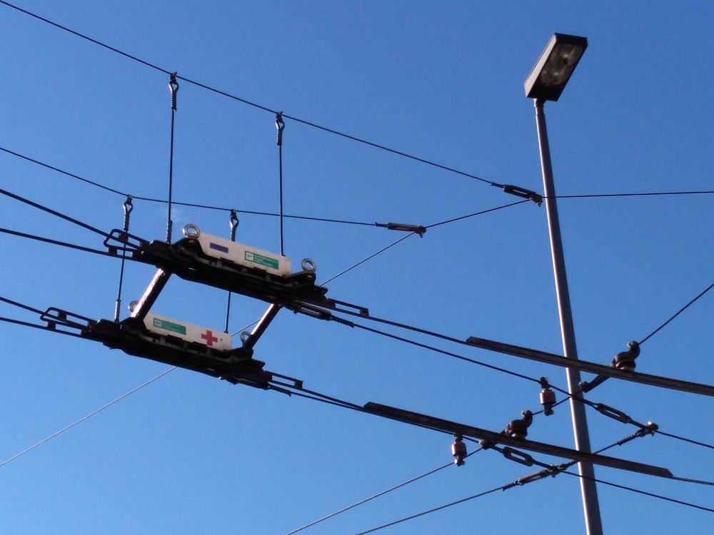 Na terminálu Werwolf se stýká hned několik trolejbusových tratí. Výhybkami je propojila pražská společnost Elektroline, jejíž produkty visí či jsou zavěšeny hned na několika místech ve městě.