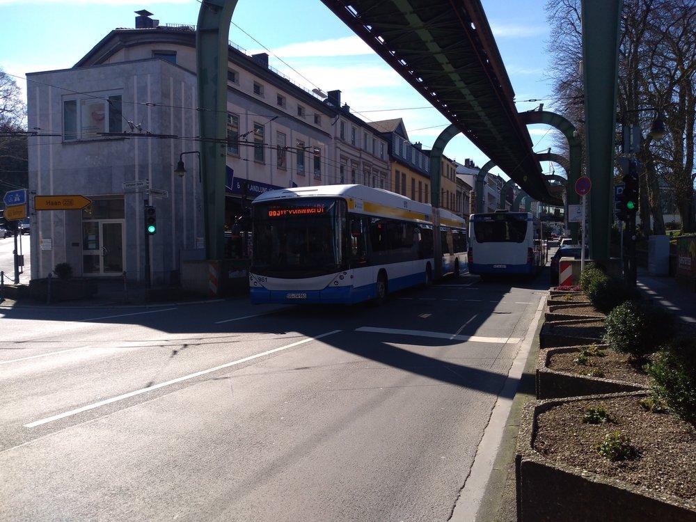Na snímku vidíme trojúhelníkovou blokovou smyčku. Trolejová stopa na obou viditelných ulicích již není využívána a trolejbusy ji pojíždějí jen na třetí ulici, a to ještě jen zčásti. Ve směru k nádraží přecházejí trolejbusy na diesel ještě před příjezdem na smyčku. Ta je navíc již několik let, na horním konci vlevo málo viditelné ulice, nepropojená.