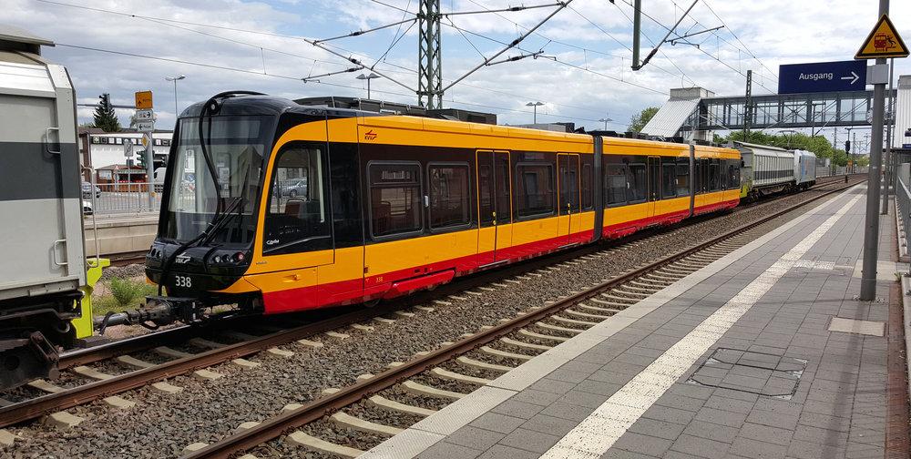 Poslední generace vlakotramvají pro Karlsruhe byla objednána u španělského Vosslohu. (zdroj: Wikipedia.org)