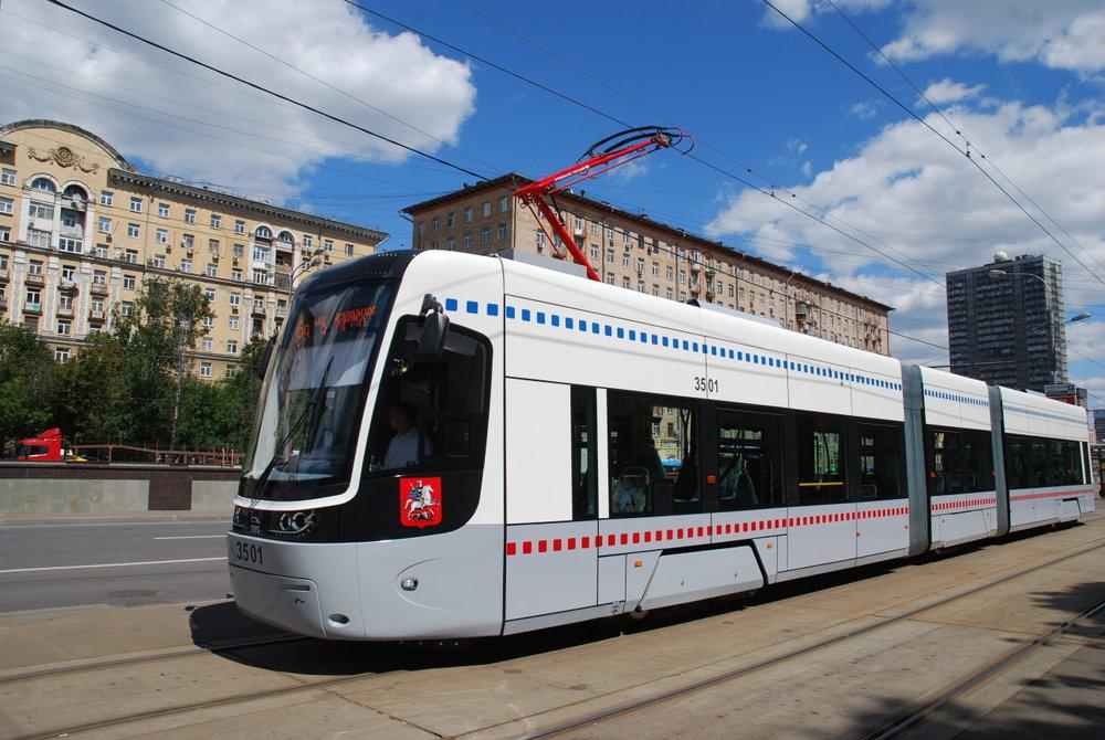 První polské tramvaje se v Kyjevě objevily  v letech 2015  až 2016 a způsobily svého času nemalý rozruch, neboť se jednalo o vozy, které neodebrala Moskva. Po první desetikusové dodávce mělo na základě rozhodnutí z léta 2017 následovat  dalších 40  identických vozů, nakonec jich ale bylo kvůli nepříznivému kurzovému vývoji dodáno jen 37, přičemž poslední dvě tramvaje byly zařazeny dne 21. prosince 2018. Dnes tedy polských Pes jezdí ve městě 47. (ilustrační foto: PESA Bydgoszcz SA)