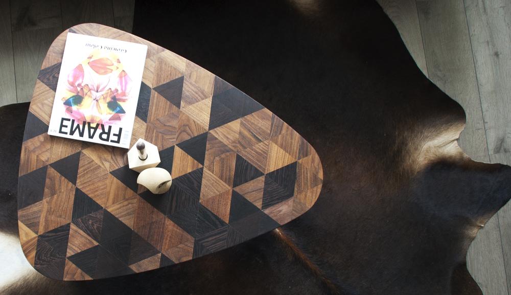 """Melanie Buijs is samen met simons vloer & wandbezig met het ontwerpen van een aantal standaard modellen welke uiteindelijk door u naar smaak zijn aan te passen.  Zit er voor u niks tussen? Dan kunt u kunt er ook voor kiezen om naar eigen smaak uw houten tafel op maat te laten maken. Afmeting, houtsoort, afwerking, patroon, stalen poten, we maken de tafel zoals u het wilt hebben!   Om u een goed beeld te geven van het geheel, kan de door u bedachte tafel van te voren 3D getekend worden. Heeft u zelf een schets of een idee voor een tafel? kom dan gerust langs om de mogelijkheden te bespreken.  De tafel wordt door ons zelf gemaakt en bij u thuis afgeleverd en eventueel gemonteerd.   Over Studio Buijs,        Studio Buijs werkt voor   particuliere en zakelijke opdrachtgevers.        In 2014 heb ik, Melanie Buijs, na ruim twaalf jaar werkervaring deze studio opgezet.     Studio Buijs onderscheidt zich door de persoonlijke betrokkenheid van mij naar de opdrachtgever en van mij naar de uitvoerende partijen. Elk project is uniek en vraagt daarom om een specifieke aanpak. De inbreng van de opdrachtgever en goede communicatie zijn hierbij belangrijk voor het tot stand brengen van een goed ontwerp. Naar wens neem ik de regie in handen, zowel op creatief, technisch als organisatorisch niveau. Dit betekent dat een ontwerp onder mijn leiding naar daadwerkelijke uitvoering vertaald kan worden. Ik heb een netwerk opgebouwd met betrouwbare bedrijven die indien gewenst ingezet kunnen worden. Hiermee kan ik de opdrachtgevers ontzorgen.        """"ik heb mij ontwikkeld tot een creatieve, onderzoekende en autonome ontwerper.""""        De service van Studio Buijs is persoonlijk en professioneel. Hierdoor zal het altijd leiden tot een gewenst resultaat. De ruimtelijke condities van het pand (die bepalend zijn voor hoe wij onze leefomgeving ervaren) nemen wij mee in het ontwerp. Studio Buijs heeft een onderzoekende werkhouding ontwikkeld, waardoor de studio op een open manier kijk naar het pand"""