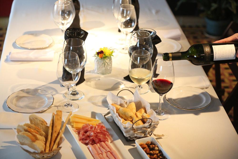 5 vinos Marichal con picada - Visita guida a los viñedos que están en los alrededores de la bodega, en donde se develará el primer secreto del alma de sus vinos: la calidad desde la uva. En el recorrido por bodega; se explicará el proceso de vinificación en las antiguas instalaciones de la bodega, hoy acondicionadas para un trabajo de seguimiento estricto de cada parcela de viña- Base mínima 2 personas- 35USD por persona- No incluye transporte