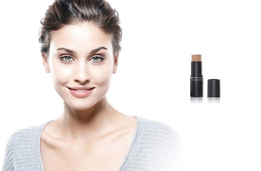 teint      DIE PERFEKTE GRUNDIERUNG IST DIE BASIS FÜR EINEN FEINEN, EBENMÄSSIGEN TEINT.     In dieser Linie finden Sie für jeden Hauttyp das perfekte Make-up. Individuell abgestufte Nuancen, Texturen und Anwendungen pflegen ebenmässig und bringen die Schönheit einzigartig zum Strahlen. In jedem Licht. Je sorgfältiger dabei vorgegangen wird, desto makelloser das Ergebnis. Wie bei einer verführerischen Berührung liegen die kleinen aber feinen Unterschiede auch hier im Detail.