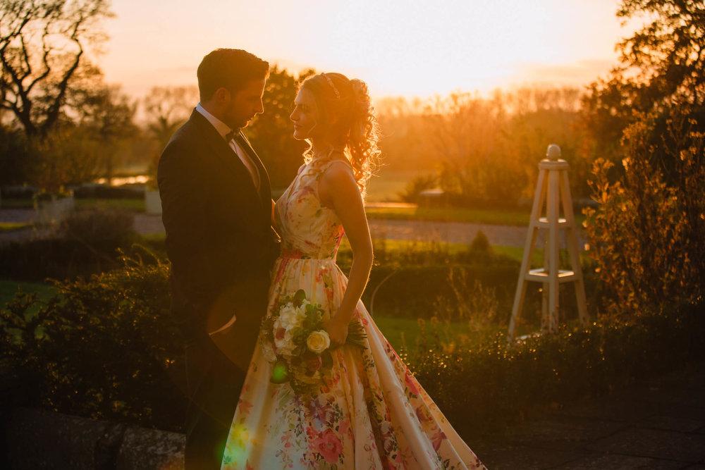 sunset-evening-golden-bride-groom-bouquet.jpg