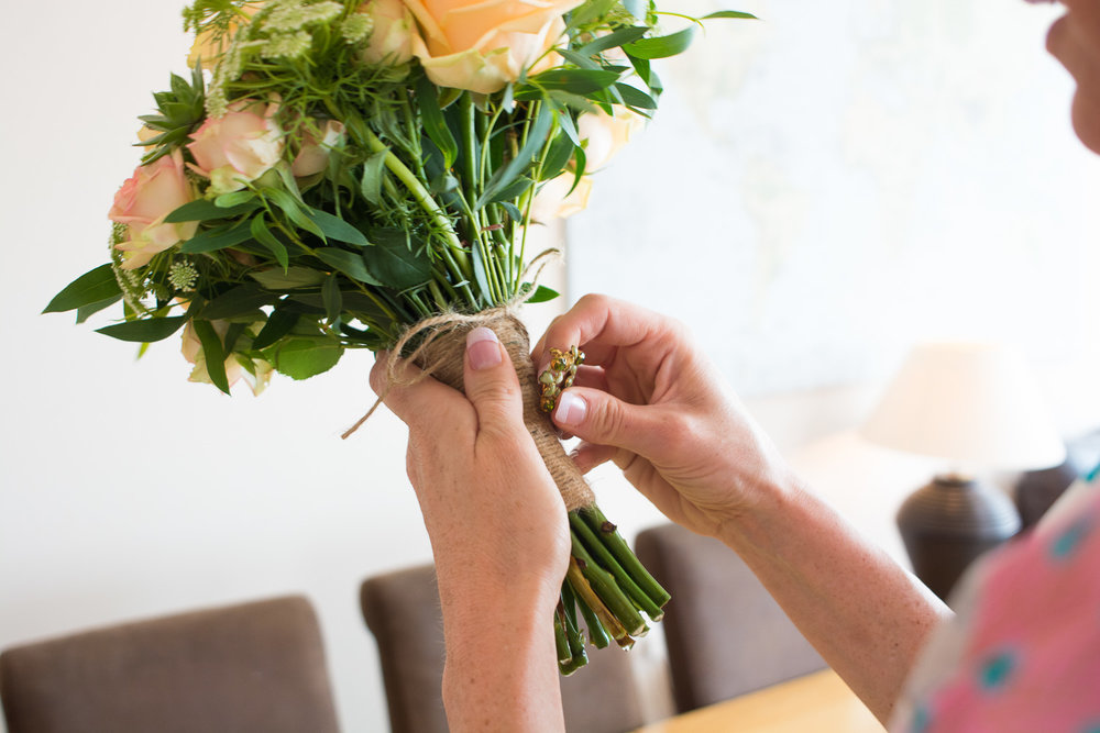 putting a special broach onto the bouquet in woolacombe