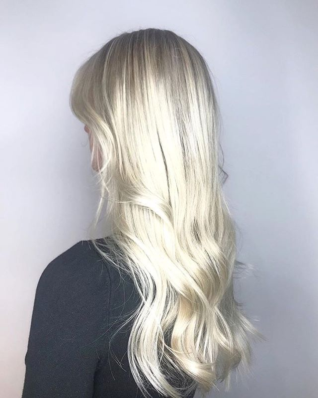 ❄️Blonde by Nina❄️I love that this winter blondes are so in style! Are you thinking of doing it? Why not, is all I have to say. Book in. ✌🏼🎄#winterhair #hair #snowhair #hair #yeg #yeghair #colour#redken #goldwell #blonde #edmonton #oldstrathcona #christmas #bookin