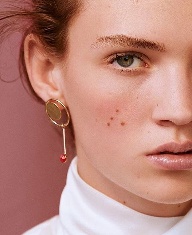 Strong brows + the perfect geo earrings = ✨// 📷 by Julia Noni for Dior Magazine