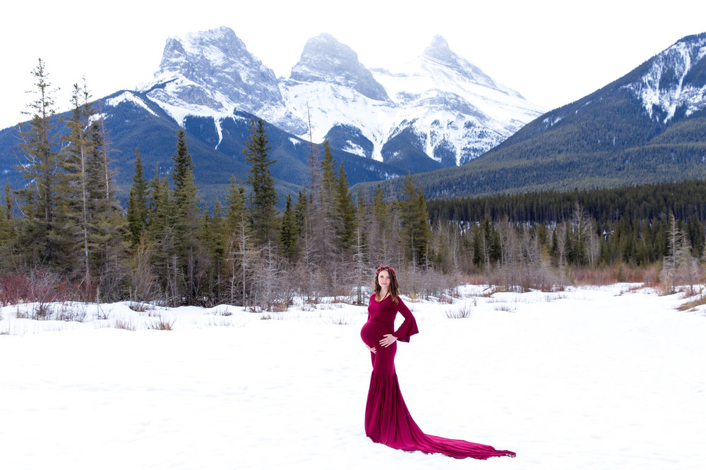Maternity photoshoot in Alberta. View of the three sisters mountains close to Canmore, AB. Faith, Charity and Hope. Airdrie and Calgary Maternity photographer.