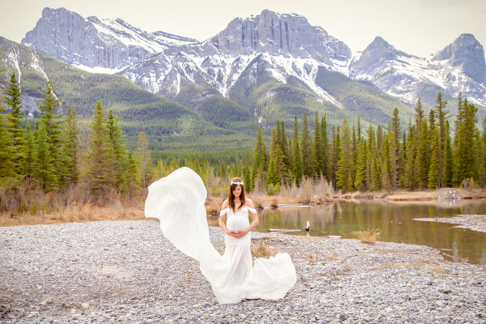 Maternity photoshoot in Canmore, Alberta. White maternity gown on a beautiful mom-to-be