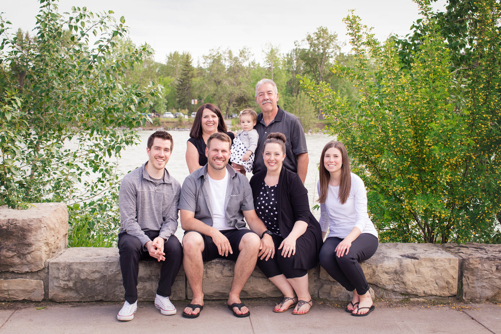 Family of 7 sitting by the water in Baker's park, Calgary. Alberta family photographer. Milashka Photography.