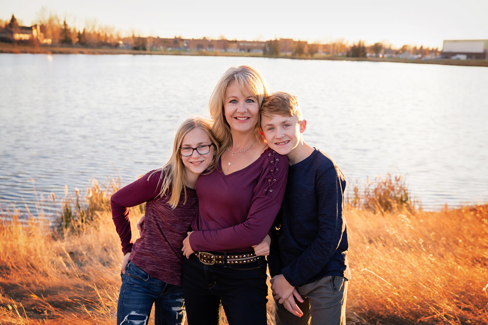 Family photoshoot with mom and two siblings. Calgary family photographer. Milashka Photography