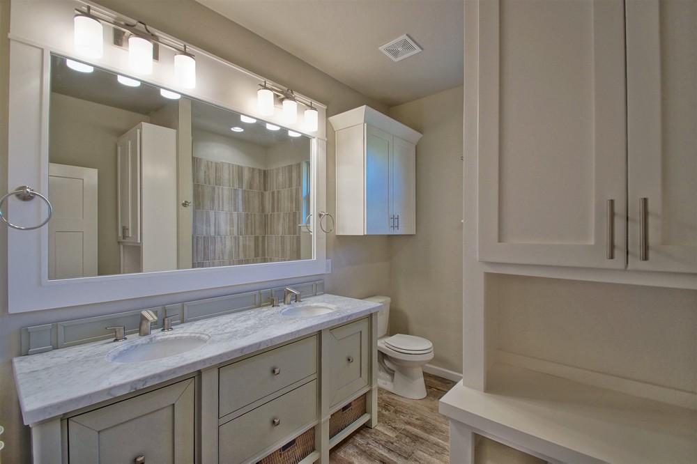12 - Bathroom.jpg