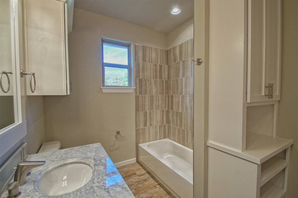 23 - Bathroom.jpg