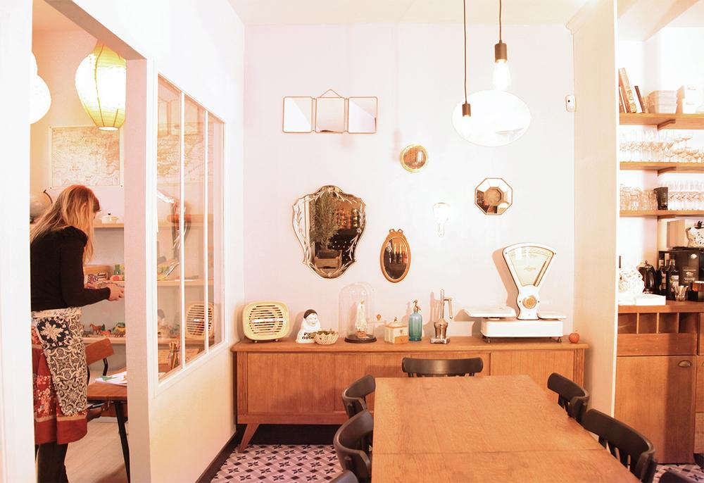Passarito bar à vin et à manger, vue fond de salle et coin enfants.