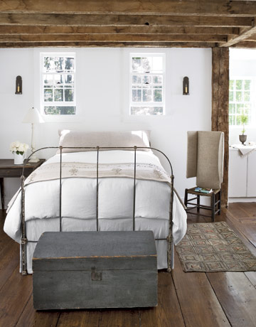 White-Bedroom-With-Beams-HTOURS0207-de