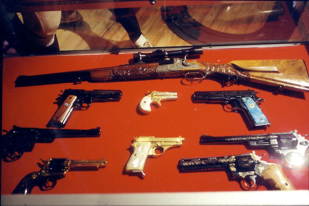 L.elvis's-guns.jpg
