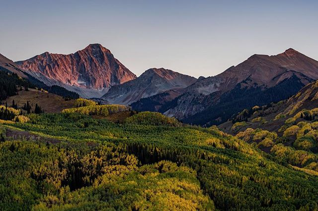 Some evening alpenglow on 14er Capitol Peak and its aesthetic knife edge. Saw another bear taking this photo yesterday (swipe over to see)! 🍂🍂 —————————————— #coloRADo #Coloradical #coloradotography #look303 #natgeoadventure #coloradoactivities #coloradocameraclub #jj_colorado #coloradogram #mountains #visitcolorado #colorfulcolorado #coloradolive #outtherecolorado #viewsfromcolorado #radcolorado #naturalcolorado #viewcolorado #fall #co14ers