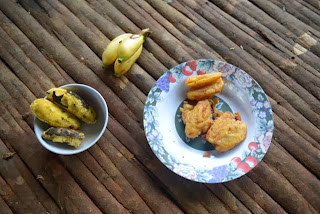 A balanced meal for our Korowai expedition: bananas, grilled bananas and fried bananas... but no banana split