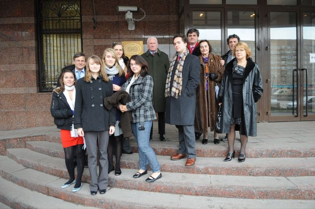 IN FRONT OF THE GORBACHEV FOUNDATION - FROM LEFT TO RIGHT: CLEMENCE LEPINE, XAVIER LEPINE, AINHOA HARDY, FLAAM HARDY, MARY HARDY, BETH IDLOUT, LOUIS-FRANCOIS DURAND, ALEXANDRE DURAND, EMMANUEL DURAND, MADELEINE DURAND, YVES WEISSELBERGER, LAURENCE EYRAUD-JOLY