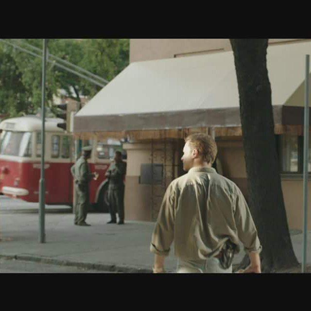 Detektív Krauz kráča do krčmy, lebo piatok. Vy ale nie ste Krauz. Máte na viac. Napríklad ísť do kina a pozerať, ako ide Krauz do krčmy (a potom pátrať po Červenom kapitánovi, samozrejme)  #cervenykapitan #rudykapitan #dominikdan #film #teraz
