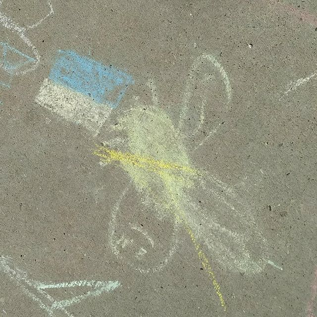 Discovered these beautiful chalk drawings a few weeks back, near the playground of the Ukrainian elementary school in my neighborhood... :)