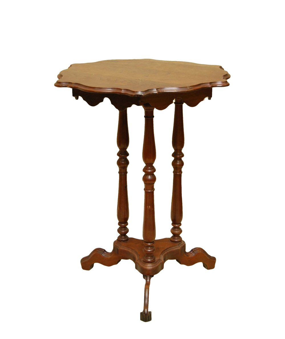 Scalloped Round Pedestal Table