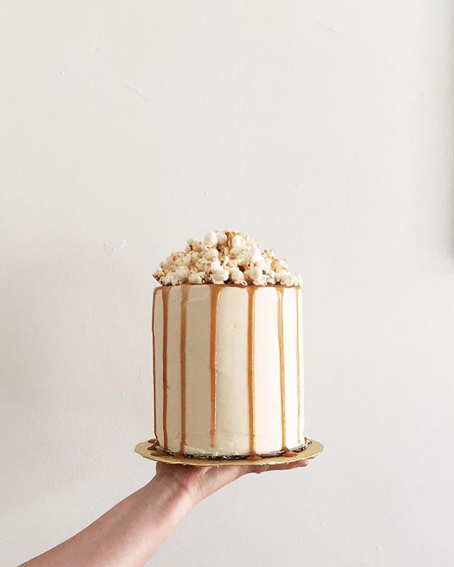 Salted caramel, browned butter goodness . . . . . #cakelocal #kansascityig #kinfolk #thatsdarling #floralcakes #glutenfreebaking #girlboss #floralcakes #baker  #kccakes #nofondantallowed #popcorncake #saltedcaramel #brownedbutter
