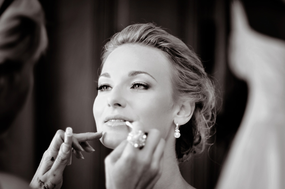 bride getting makeup applied at Seaview Resort / Meyer Photography