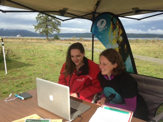 Nos naturalistes Celine Modschiedler et Julie Holsworth sur skype avec des classes de nouvelle-calédonie durant le project Francocean pacifique.