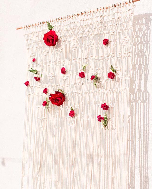 Custom macrame for #mennegoodtimes  @schistoriccottage #macrame #macrameandflowers #sanclementewedding #weddingdetails 📸: @melanieophoto