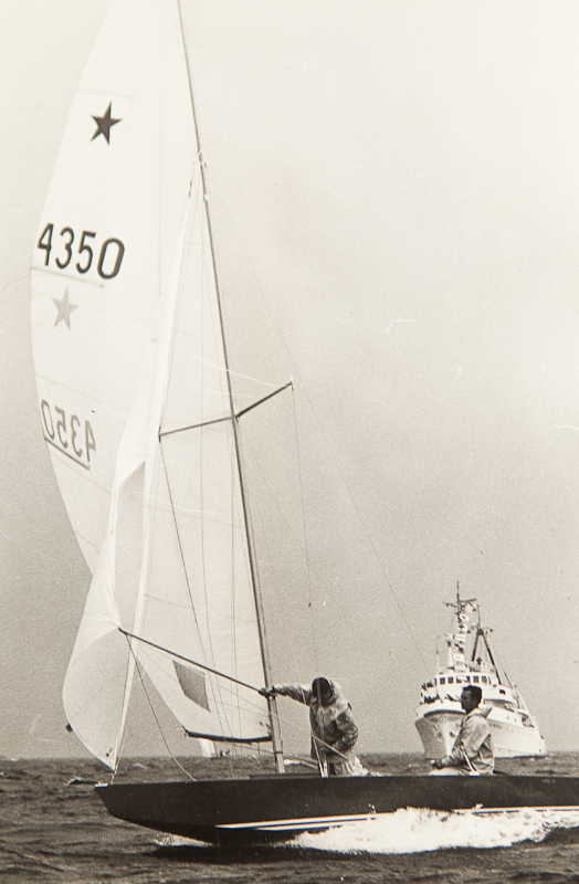 ....German Star RAJU III at full speed during the only windy day at the centennial regatta of NJK in 1970. The wind blowing 4 beufort broke several mast and tore many fittings. Photo: Martti Vuorenjuuri..Saksalainen RAJU III täydessä vauhdissa NJK:n satavuotisjuhlaregatan ainoana tuulisena päivänä. Neljän beufortin voimalla puhaltanut tuuli katkoi useita mastoja ja rikkoi heloja. Kuva: Martti Vuorenjuuri....