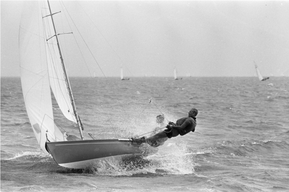 ....Fred Imhoff (Helm) and Simon Korver in 1967 during the Holland week II in front of Muiden..Fred Imhoff (peräsimessä) ja Simon Korver purjehtimassa vuoden 1967 Holland Week II -regatassa....