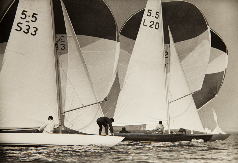 ....1960 Gold Cup races. British VISION II, skippered by Owen Aisher, is attacked by the finnish INGA-LILL (Jussi Gullichsen). INGA-LILL covers Visions wind and sails past it, but the swedish NOWA is doing just the same to INGA-LILL passing both. NOWA eventually won the coveted Gold Cup after exiting  figth with the only other finalist INGA-LILL. Photo: Martti Vuorenjuuri..Vuoden 1960 Kultapokaaliregatta. Suomalainen INGA-LILL, Jussi Gullichsen kipparinaan, peittää brittiläisen VISION II:n tuulen ja purjehtii ohi. Ruotsalainen NOWA teke saman tempun INGA-LILL veneelle ja ohittaa molemmat. Lopulta NOWA voitti Kultapokaalikisan. Kuva: Martti Vuorenjuuri....
