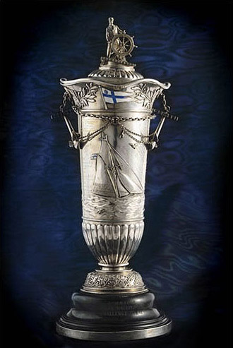 ....Sinebrychoff pokal is an annual trophy for 6 metre class boats. The price pokal manufactured in St. Petersburg is the second oldest price trophy in the history of sailing after the Americas Cup..Sinebrychoff-pokaali on eri pursiseurojen välillä vuosittain järjestettävän, nykyisin 6mR -luokan veneillä purjehdittavan kilpailun pääpalkinto. Pokaali on purjehdusurheilun toiseksi vanhin palkinto Americas Cup -palkinnon jälkeen....