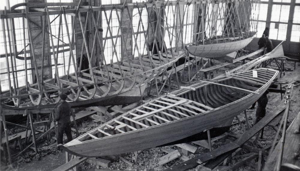 ....Sharks being built in Åbo Båtvarv 1935 to be exported to USA, photo: Tom Bäckströms archives..Haita rakennettiin sarjatuotantona mm. USA:han vietäväksi Turun Veneveistämöllä. Kuva vuodelta 1935. Kuva: Tom Bäckströmin kokoelmat....