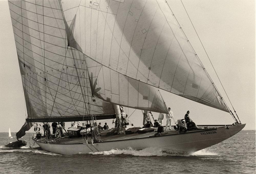 ....J-class yacht VELSHEDA is an example of the biggest yachts ever being built under Universal Rule. Photo: Wikipedia Commons..J-luokan VELSHEDA on esimerkki suurimmista koskaan Universal Rule mittasäännön mukaan rakennetuista aluksista. Kuva: Wikipedia Commons....