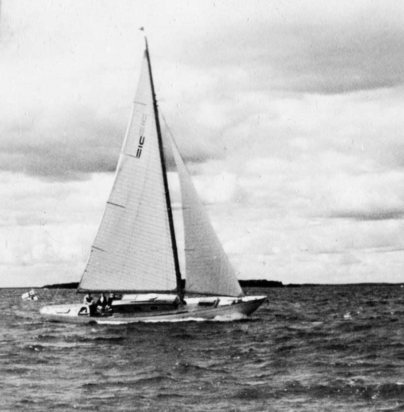 ....Utö cruiser CHIQUITA sailing 1947. Photo: ASS..Utö-risteilijä CHIQUITA vuonna 1947.Kuva: ASS....