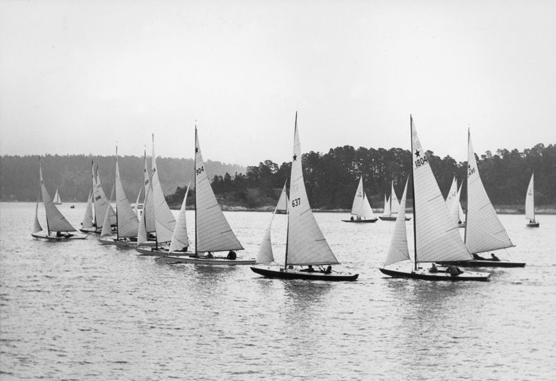 ....Star fleet racing outside Saltsjöbaden in a regatta organized by KSSS in 1949. Photo Oscar Nordberg..Star laivasto kisaamassa KSSS:n järjestämässä kisassa Saltsjöbadenissa 1949. Kuva Oscar Nordberg....